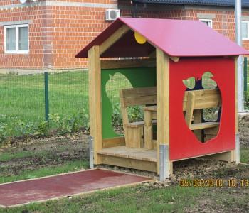 Kućica sa dekorativnim ogradama jabukom i kruškom